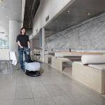 Lavadora de pisos compacta SC 351 em uso em edifícios e restaurantes