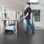 Lavadora de pisos compacta SC 351 sendo usada em locais de difícil acesso